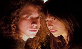 Junge Paare mit Köpfen zusammen Lizenzfreie Stockfotografie