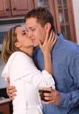 Junge Paare mit Kaffee Lizenzfreie Stockbilder