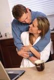Junge Paare mit Kaffee stockfoto