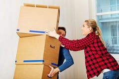 Junge Paare mit Kästen - Verpackung oder Auspacken Stockfoto