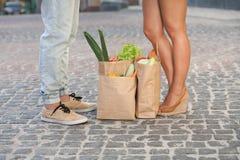 Junge Paare mit Produkten Stockbilder