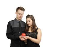 Junge Paare mit rotem Herzen in den Händen Stockbild
