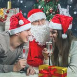 Junge Paare mit Sankt, die neues Jahr 2017, Weihnachten feiert Stockfotos