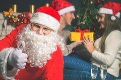 Junge Paare mit Sankt, die neues Jahr 2017, Weihnachten feiert Lizenzfreies Stockfoto