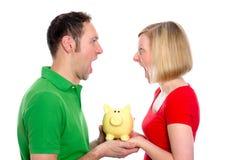Junge Paare mit Sparschwein Lizenzfreie Stockbilder