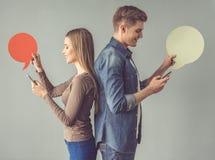 Junge Paare mit Spracheblase Stockfoto