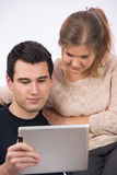 Junge Paare mit TabletpC lizenzfreie stockfotos