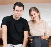 Junge Paare mit TabletpC lizenzfreie stockbilder