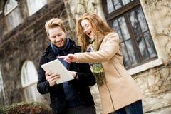 Junge Paare mit Tablette Lizenzfreies Stockbild