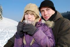 Junge Paare mit Tee Lizenzfreie Stockfotos