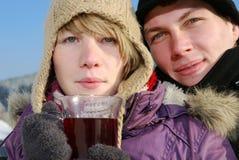 Junge Paare mit Tee lizenzfreies stockbild