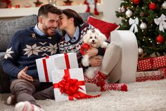 Junge Paare mit weißem Meltzer als Weihnachtsgeschenk stockfotografie
