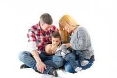 Junge Paare mit zwei Kindern Stockbilder