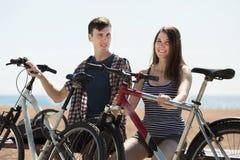 Junge Paare nach dem Radfahren Stockfotos