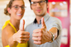 Junge Paare am Optiker mit Gläsern Stockfotografie