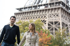 Junge Paare in Paris Stockfotografie