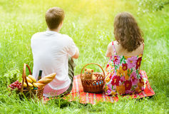 Junge Paare am Picknick stockfotografie