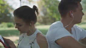 Junge Paare rütteln zum Schlag von Musik stock footage