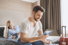 Junge Paare reisen zusammen Hotelzimmerfreizeit Stockfoto