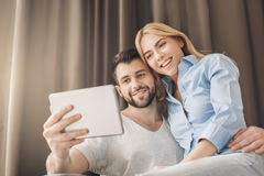 Junge Paare reisen zusammen Hotelzimmerfreizeit Stockfotografie