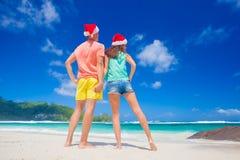 Junge Paare in Sankt-Hüten, die funon tropischen Strand haben neues Jahr, Seychellen Stockfotos