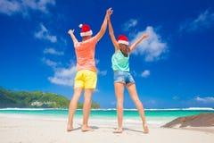 Junge Paare in Sankt-Hüten, die funon tropischen Strand haben neues Jahr, Seychellen Lizenzfreies Stockbild