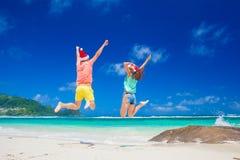 Junge Paare in Sankt-Hüten, die funon tropischen Strand haben neues Jahr, Seychellen Lizenzfreie Stockfotografie