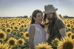 Junge Paare am Sonnenblumenfeld Lizenzfreies Stockbild