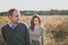 Junge Paare am Sonnenuntergang Lizenzfreies Stockfoto