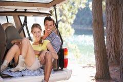 Junge Paare am Tag heraus im Land lizenzfreies stockbild