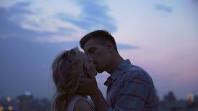 Junge Paare treffen geheim sich auf dem Dach des Hauses das Verstecken von jeder traurig küssend stock footage