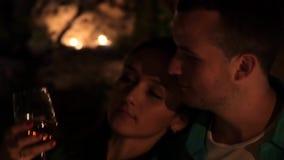 Junge Paare, in trinkendem Wein und vorbei in küssen der Liebe stock footage