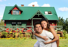 Junge Paare und ihr Haus Stockfotografie