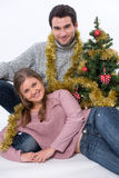 Junge Paare und Weihnachtsbaum lizenzfreies stockbild