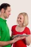 Junge Paare unter Verwendung des Tablet-PCs Stockbilder