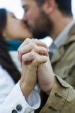 Junge Paare von den Liebhabern, die ihre Hände halten Stockbild