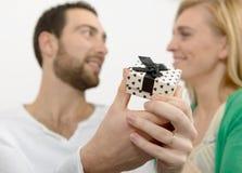 Junge Paare von Liebhabern mit einem Juwel stockfoto