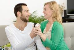 Junge Paare von Liebhabern mit einem Juwel lizenzfreies stockfoto
