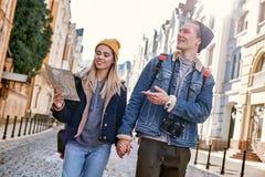 Junge Paare von Reise Bloggers versuchen, durch Karte in der nicht vertrauten Stadt zu steuern stockfotos