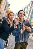 Junge Paare von Reise Bloggers versuchen, ein Foto in der nicht vertrauten Stadt zu machen stockfoto