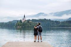 Junge Paare von Touristen in der Liebe auf dem See bluteten, Slowenien lizenzfreie stockfotos