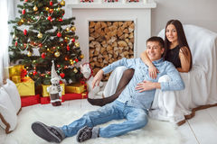 Junge Paare am Weihnachtsbaum Lizenzfreies Stockbild