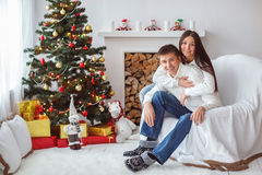 Junge Paare am Weihnachtsbaum Stockfotografie