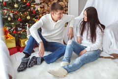 Junge Paare am Weihnachtsbaum Lizenzfreie Stockfotos