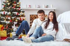 Junge Paare am Weihnachtsbaum Lizenzfreie Stockfotografie
