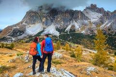 Junge Paare, welche die Ansicht in die Berge, Dolomit, Italien genießen Lizenzfreies Stockfoto