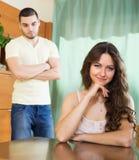 Junge Paare, welche die ernste Unterhaltung im Haus haben Lizenzfreie Stockfotografie