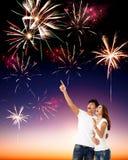 Junge Paare, welche die Feuerwerke aufpassen Lizenzfreies Stockfoto