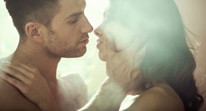 Junge Paare während des romantischen Abends Lizenzfreies Stockfoto