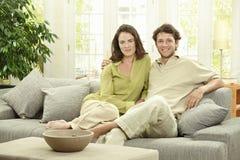 Junge Paare zu Hause Stockfotos